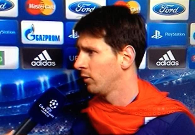 Messi, disfrazado de Superman para recibir a la prensa