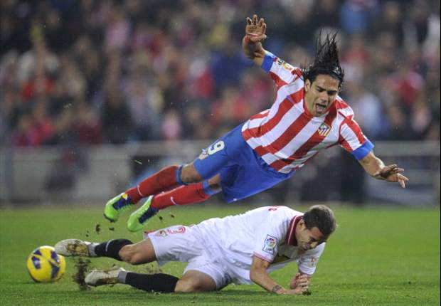 Anzhi huurt Spahic van Sevilla