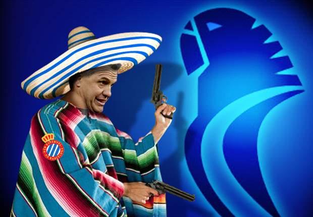 Javier Aguirre y su poncho para fichar por el Espanyol
