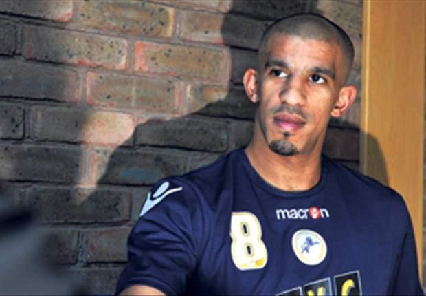 Bouazza, del Racing, es acorralado por tres encapuchados
