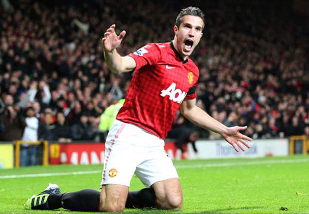 Manchester United 1-0 West Ham: Van Persie strikes to keep hosts top