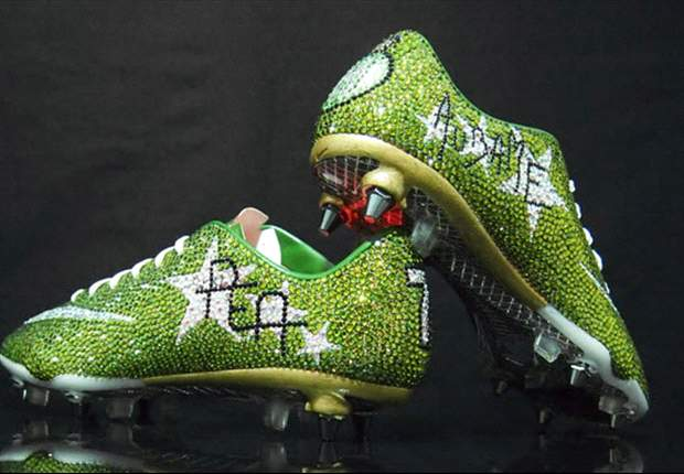 Aubameyang scarpa d'oro, anzi di cristallo: l'ex-Milan ne ha indossate un paio dal costo di 3.000 euro prima della partita contro il Lione