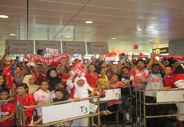 Jubilant Singapore fans welcome heroes at airport