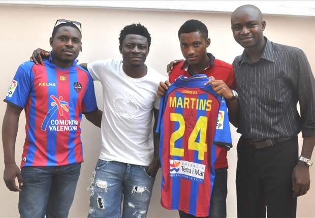 Obafemi Martins presents jerseys to Goal.com quiz winners