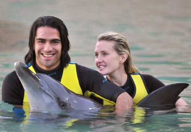 Radamel Falcao se relaja en Dubai con su mujer y entre delfines