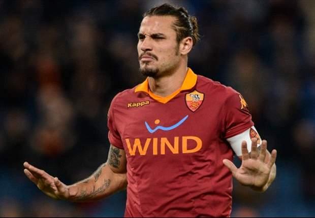 Osvaldo a colloquio con i dirigenti della Roma dopo l'allenamento: l'attaccante non è sul mercato ma a Napoli non sarà tra i titolari