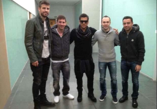Andrés Iniesta, acompañado por sus compañeros del Barcelona para la ceremonia de entrega del Balón de Oro