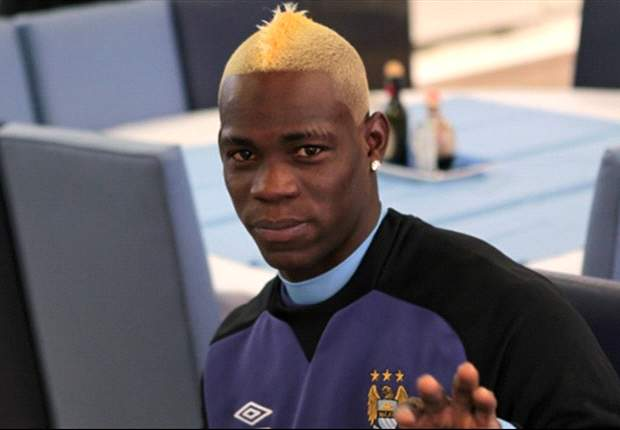 Balotelli resolve inovar e muda visual
