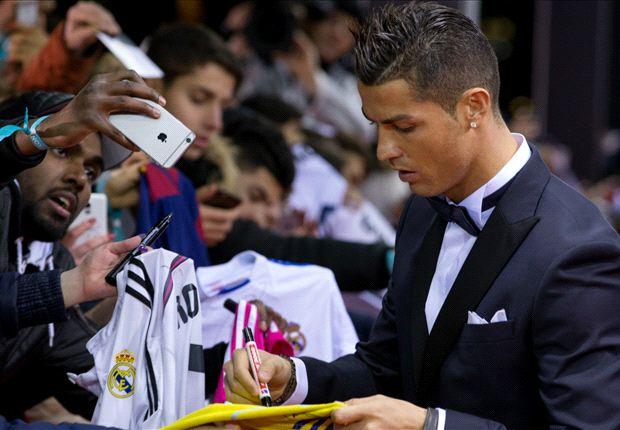 Ronaldo fan crowdsurfs on to Ballon d'Or red carpet
