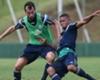Edu Dracena disputa bola com Gabriel Jesus durante treino em Itu
