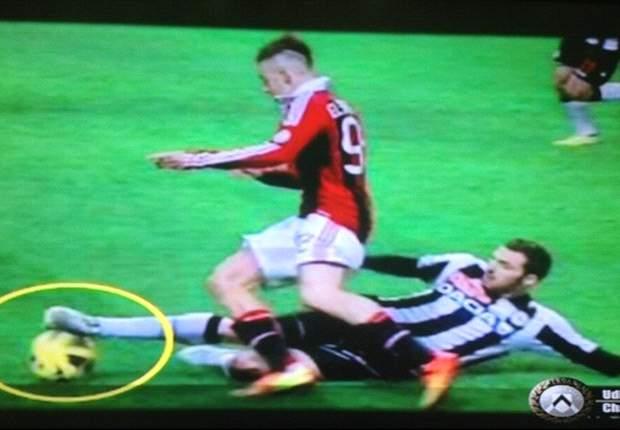 Rigore inesistente per il Milan: l'Udinese blocca le trasmissioni del canale tematico per un'ora mostrando il fermo immagine del 'fallo' su El Shaarawy