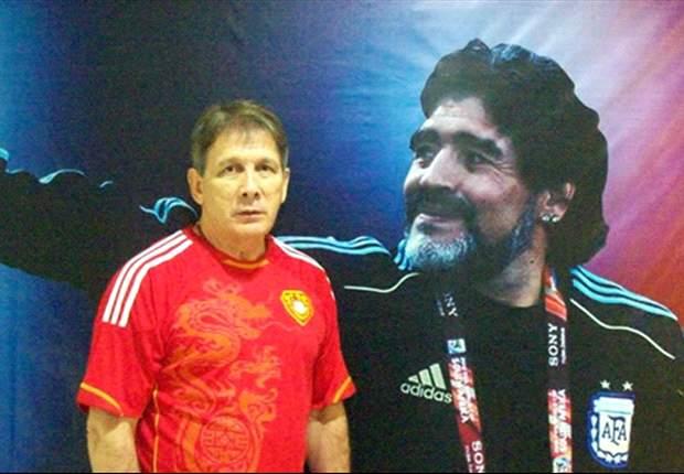 """Bersanding"" dengan Diego Maradona ketika Luis Manuel Blanco diperkenalkan sebagai pelatih tim Beijing U-20."