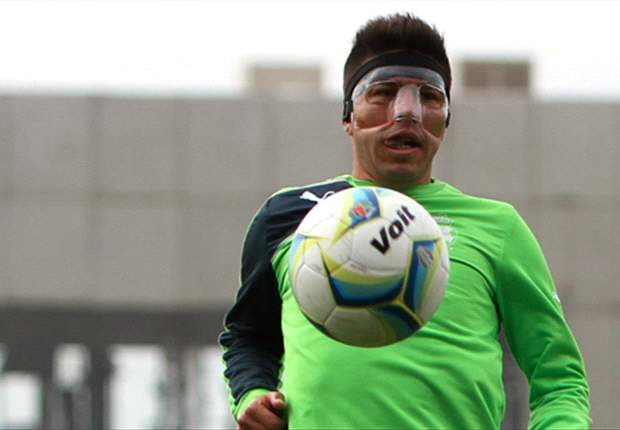 Oribe Peralta le hace el 'feo' a la máscara protectora