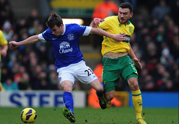 Everton midfielder Steven Pienaar hails Seamus Coleman after Fulham victory