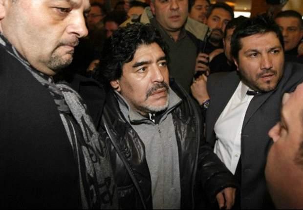 Diego Maradona arremete con piedras contra la prensa