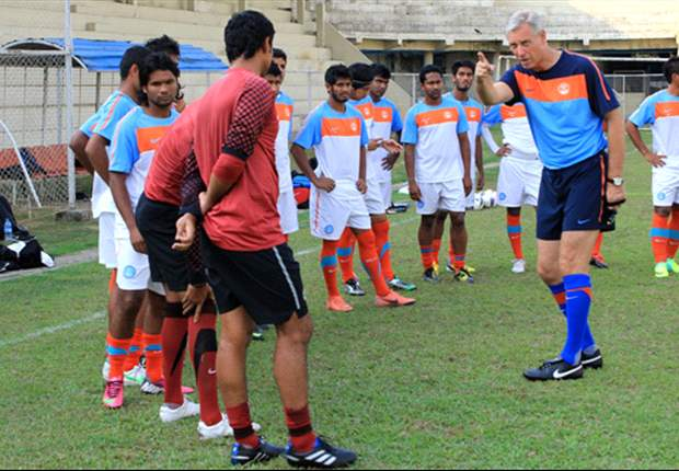 Wim Koevermans gestures to his players during a practice session (Photo: AIFF Media)