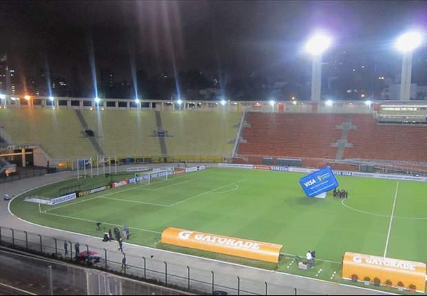 Torcedores insistem em entrar no Pacaembu para ver o Corinthians
