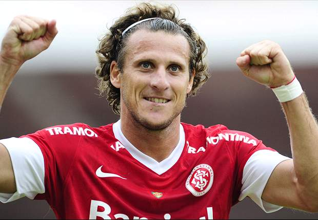 Watch Forlan score directly from a corner