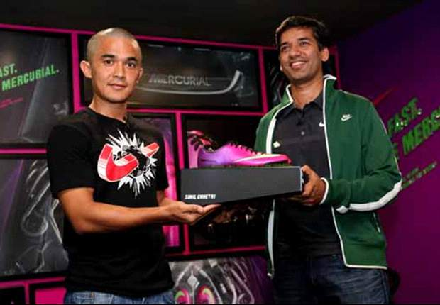 Chhetri collecting his first pair of the Mercurial Veloce from Nike Marketing Director, Avinash Pant