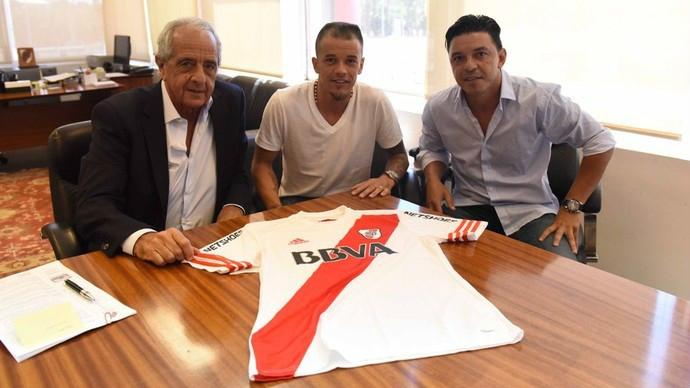 D'Alessandro assina contrata de empréstimo e é apresentado pelo River Plate