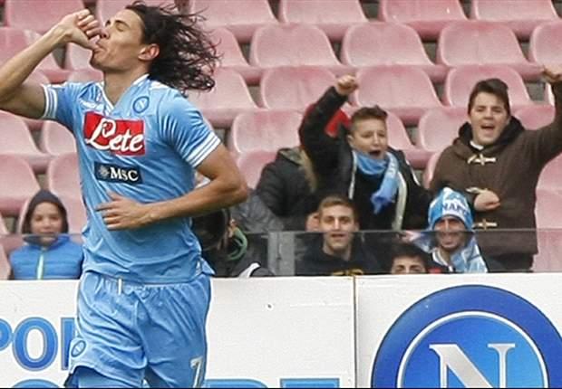 Un doblete de Cavani mantiene al Napoli de segundo