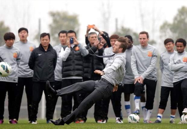 David Beckham cae al suelo en traje mientras jugaba al fútbol en China