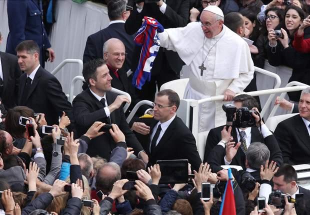 El Papa Francisco I recibe una camiseta de San Lorenzo
