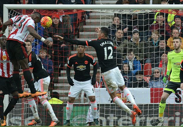Sunderland 2-1 Manchester United: De Gea's late own goal downs dour Red Devils