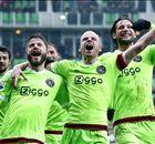 Ajax wint met tien man in Groningen