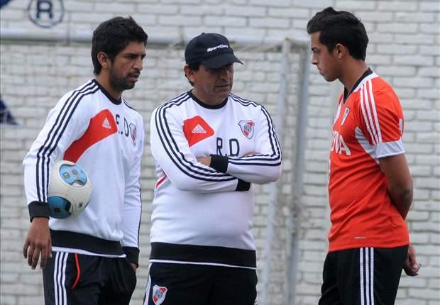Funes Mori escucha atento a Emiliano y Ramón Díaz