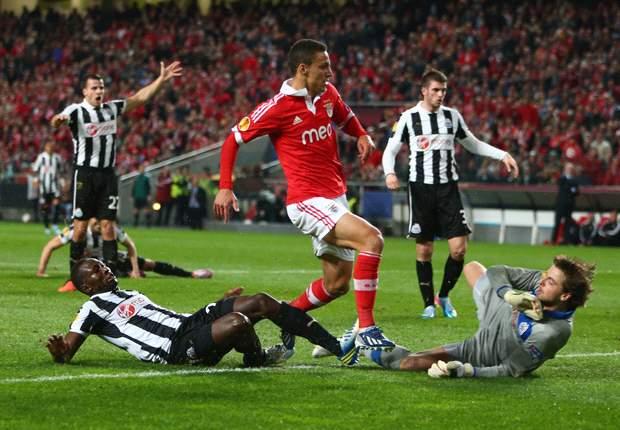 Benfica dankt Newcastle voor blunders