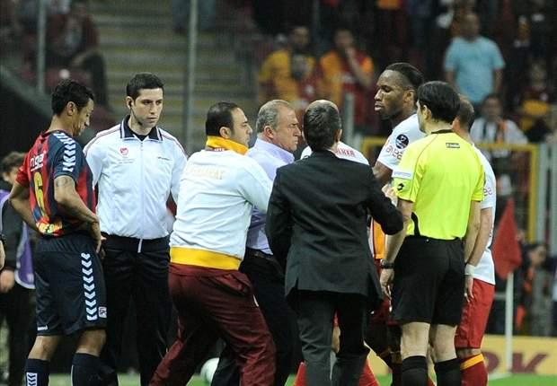 Los jugadores del Galatasaray frenan a dos 'intrusos'