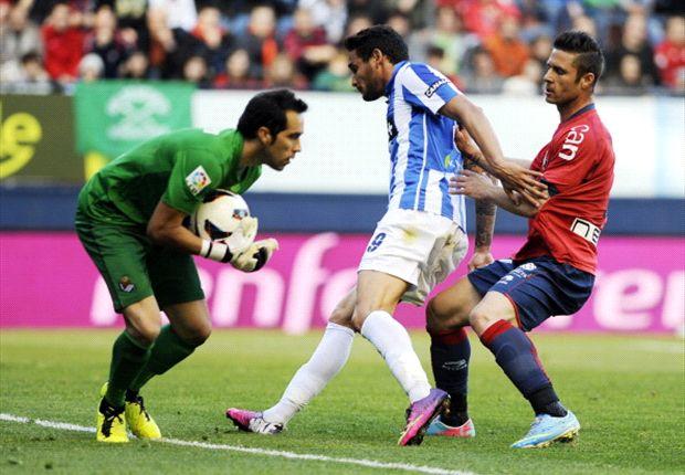 Kike Sola pugna un balón en un partido con Osasuna