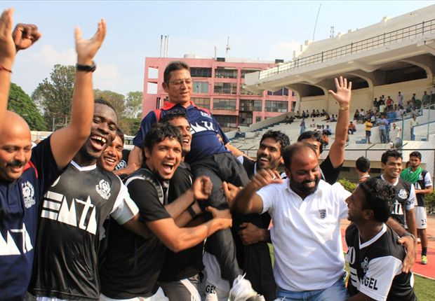 The players lift coach Sanjoy Sen on their shoulders (Photo: AIFF)
