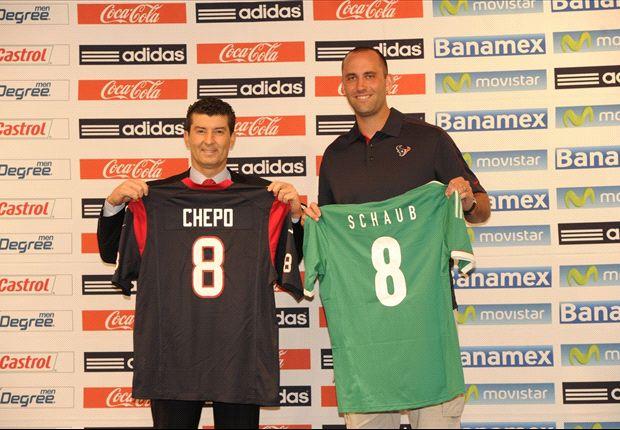 El 'Chepo' presentó a Matt Schaub, mariscal de campo de los Houston Texans en la NFL, con un jersey del Tri.