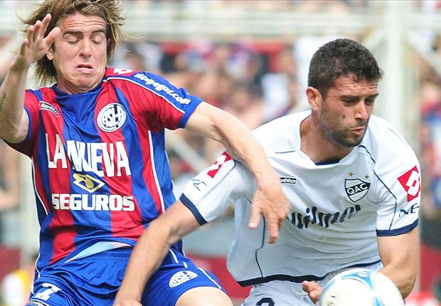 Buffarini y Goñi disputan la pelota.
