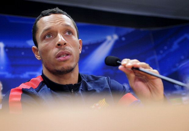 Adriano extends Barcelona deal