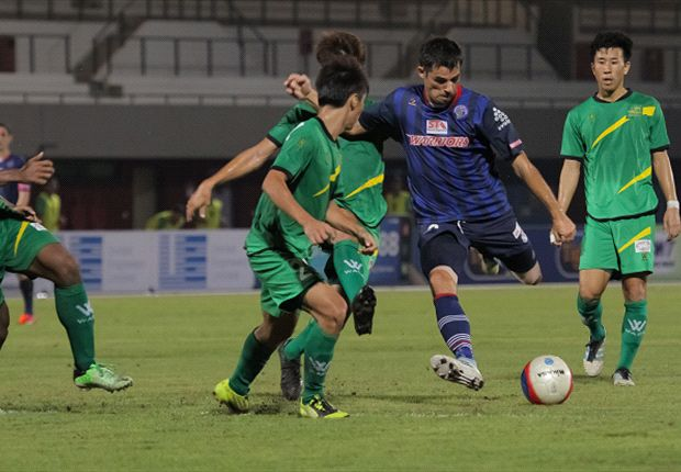 Mislav Karoglan takes a shot for Warriors FC against Woodlands Wellington
