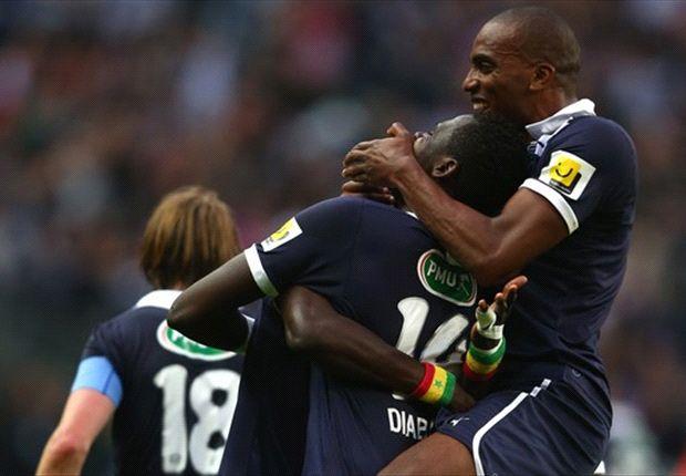 Cheik Diabate feiert den Pokalsieg mit seinen Kollegen