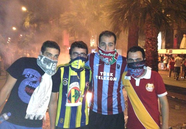 Fans vereinigt im Kampf gegen die Regierung