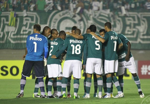 Goiás comemora vitória em casa