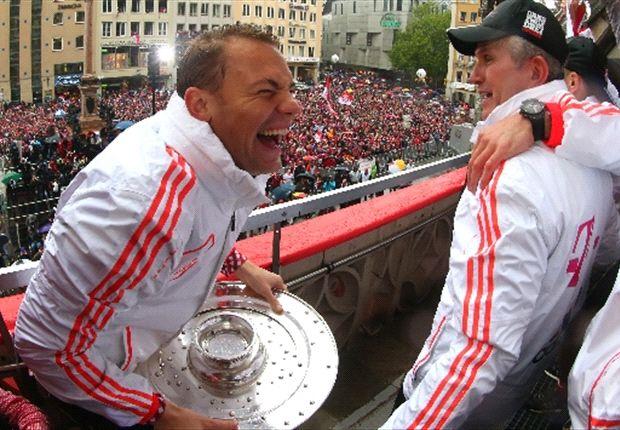 FC Bayern München: Manuel Neuer feiert auf dem Marienplatz