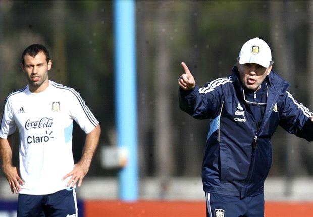 Masche observa a Sabella. Postal del primer entrenamiento de la Selección.