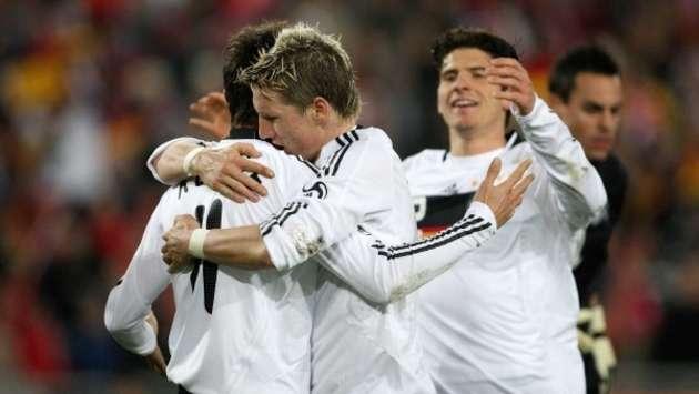 Deutschland jubelt über ein 4:0 - Klose, Schweinsteiger und Gomez vereint (firo)