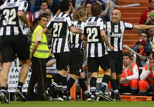 I giocatori della Juventus festeggiano il goal di Montero