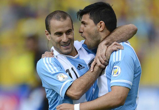 Palacio und Agüero bejubeln das 1:0 gegen Ecuador