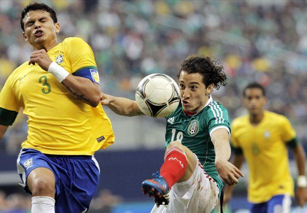 Tiago Silva con la selección en un lance con Andrés Guardado