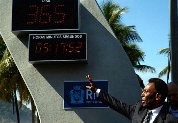 Pelé prendió el reloj que indica lo que falta para el Mundial. Luego, dio una conferencia de prensa.