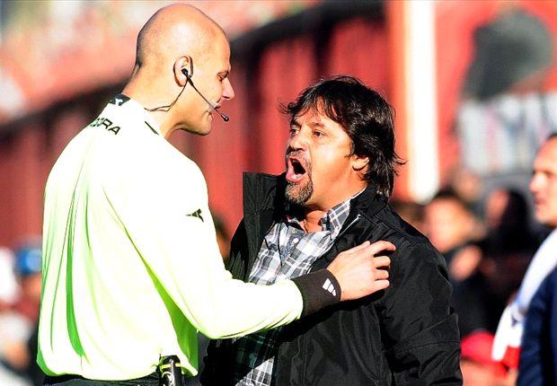 Caruso Lombardi ya estaba nervioso antes de comenzar el partido y fue expulsado en el primer tiempo.