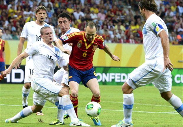 Iniesta maravilló en el debut del torneo frente a Uruguay